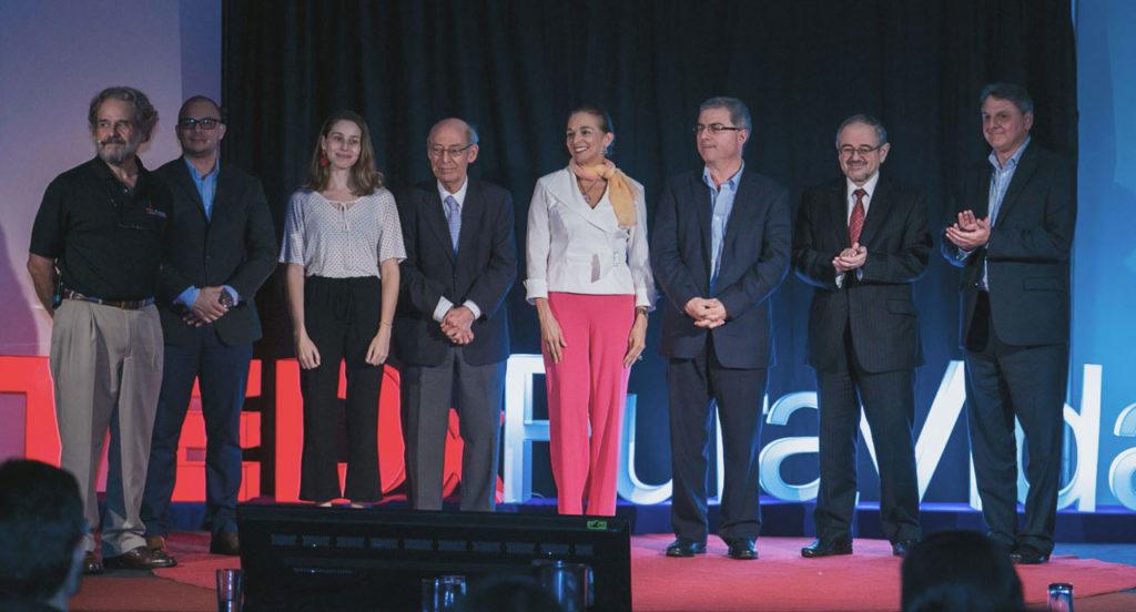 Expositores de TEDxPuraVidaSalón con el Dr. Roberto Sasso