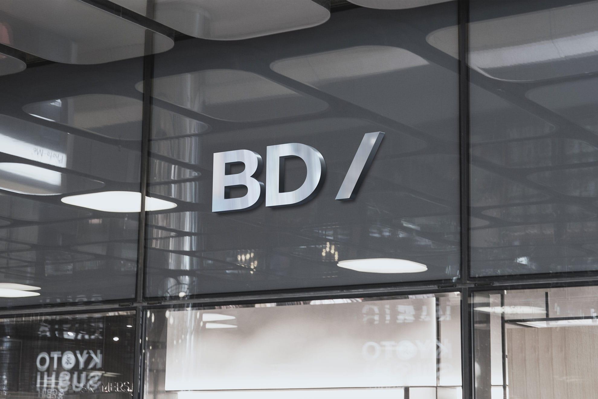 """Imagen decorativa: """"BD/"""" en la ventana de una oficina"""